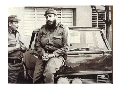 Fidel Castro sentado sobre un Alfa Romeo