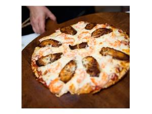 Pizza de camarones y plátanos maduros